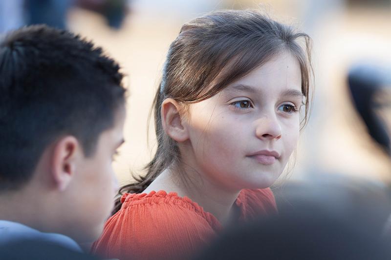 Dwoje nastolatków. Dziewczynka patrzy w dal.